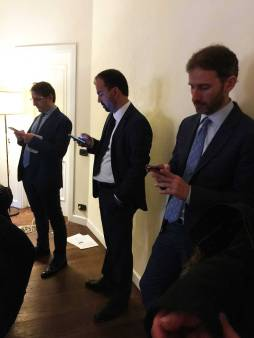 At campaign headquarters — Lorenzo in the center, in the foreground Davide Casaleggio, of the 5 Stars.